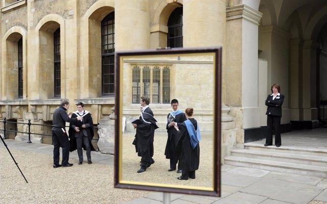Jóvenes en una graduación en la Universidad de Oxford, Reino Unido