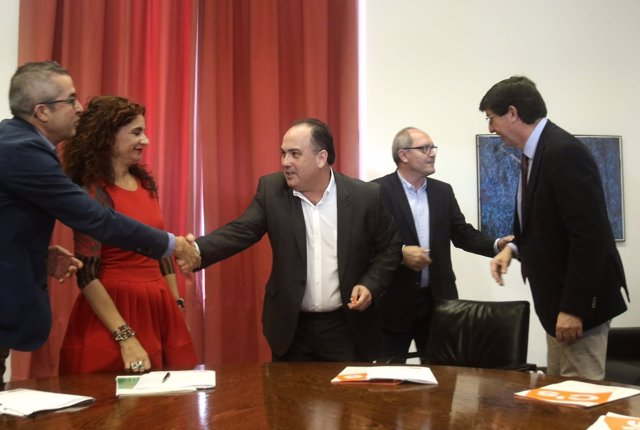 Firma del acuerdo presupuestario entre delegaciones de PSOE-A y Ciudadanos