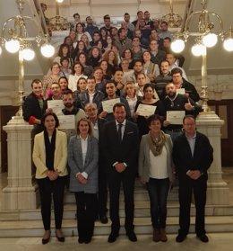 Foto de familia de los representantes de Ayuntamiento y Junta con los diplomados