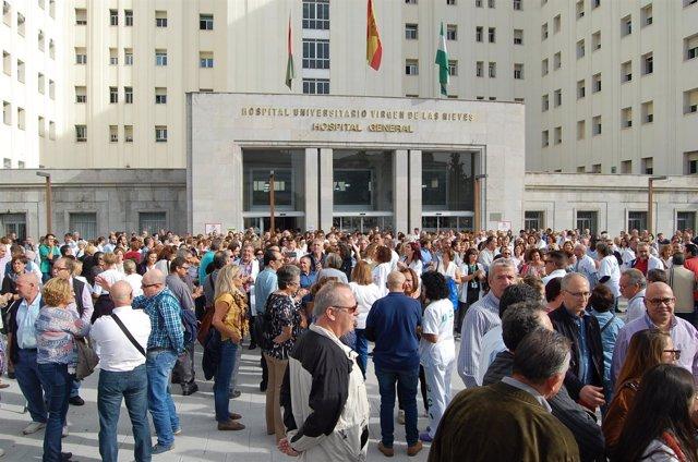 Concentración contra la fusión hospitalaria en Granada