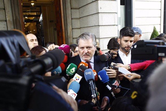 Iñigo Méndez de Vigo a las puertas del Congreso