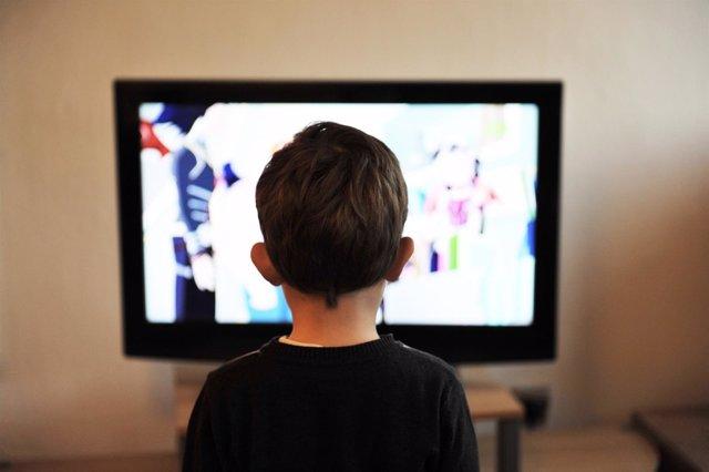 Un niño mira la televisión