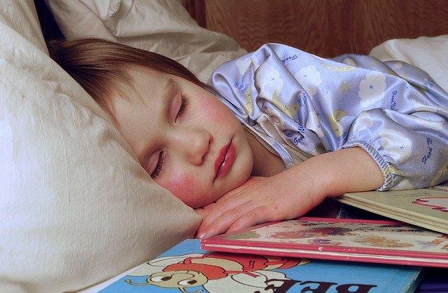Niña durmiendo, dormida, cama