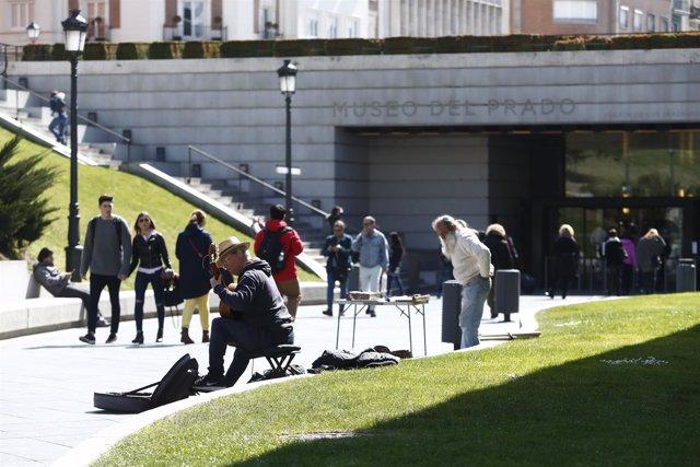 Entrada al museo del Prado, exteriores del museo del prado, músico, músicos