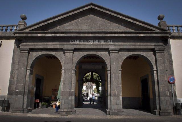 Fachada principal del cementerio de Vegueta