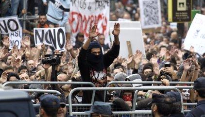 Anticapitalistas y otros colectivos vinculados a Podemos impulsan la protesta contra la investidura