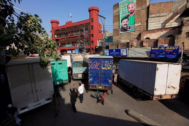 Varios camiones bloquean una de las vías principales de Rawalpindi.