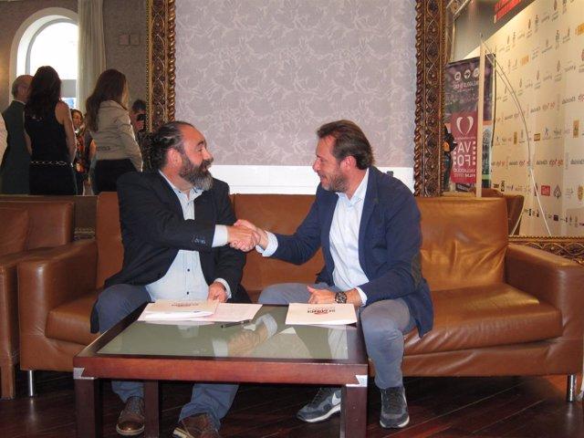 Puente estrecha la mano de Manuel García tras la firma del convenio