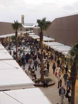 Miles de personas han visitado el outlet de Viladecans tras su apertura
