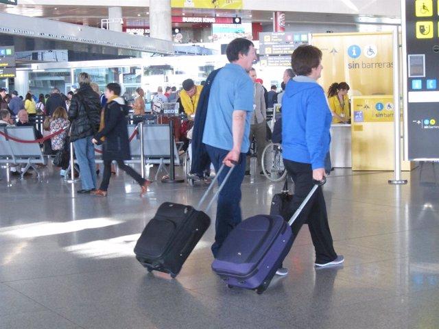Viajeros en el aeropuerto de málaga turismo turistas pasajeros maletas viaje