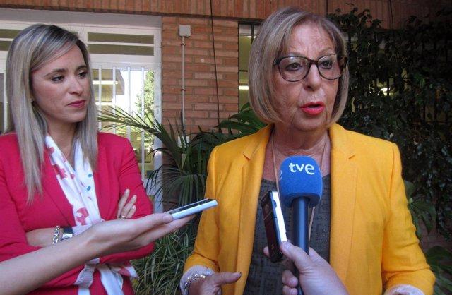 Patricia Alba y Adelaida de la Calle, consejera de Educación en un IES