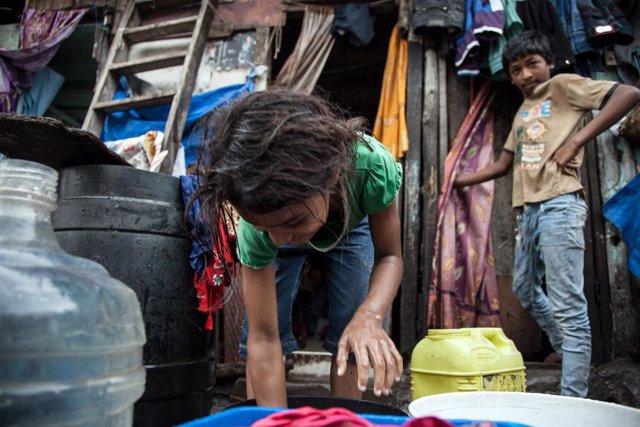 Niña en un slum en Nueva Delhi