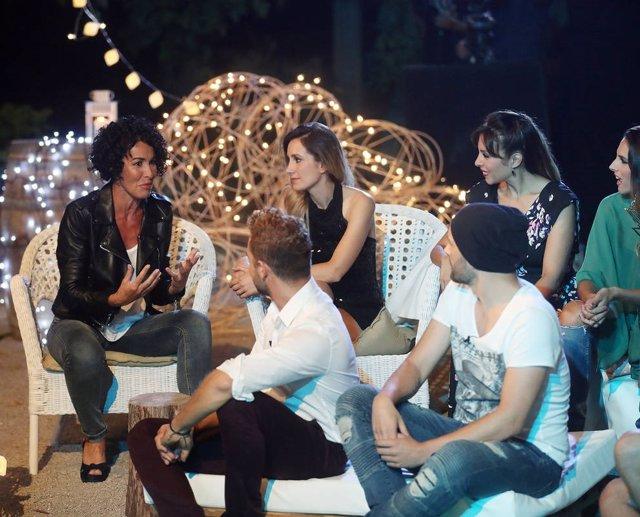 Nina con los concursantes de OT1