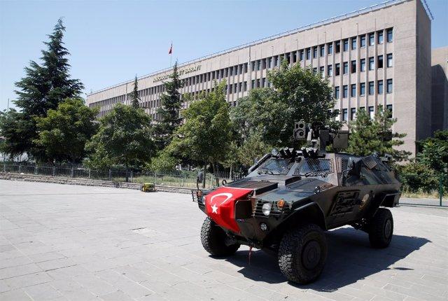 Un vehículo de las fuerzas de seguridad turcas frente al Palacio de Justicia.