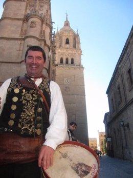 Ángel Rufino de Haro delante de la Catedral de Salamanca