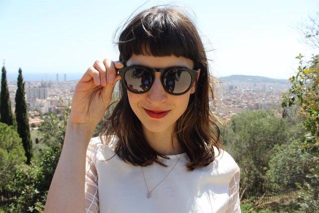 Una xica con las gafas inteligentes de We On Glasses
