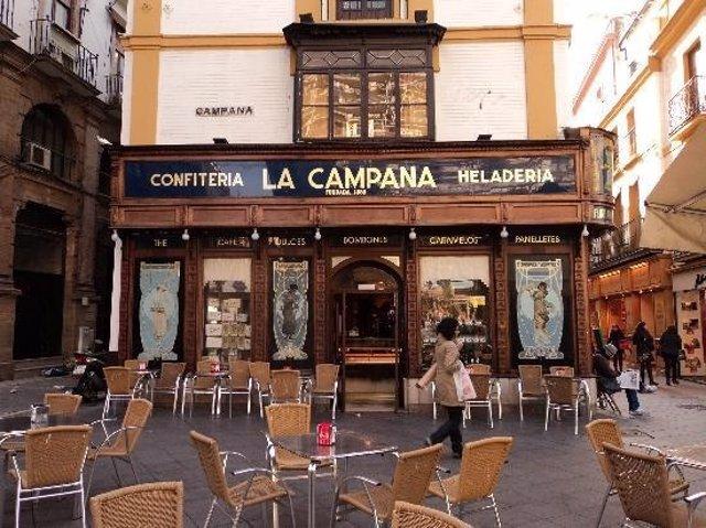 La fachada de la Confitería La Campana en el centro de Sevilla
