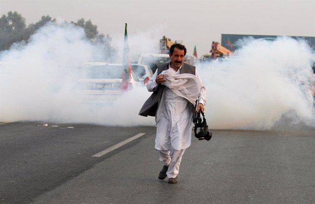 Gases lacrimógenos durante una marcha de protesta en Pakistán