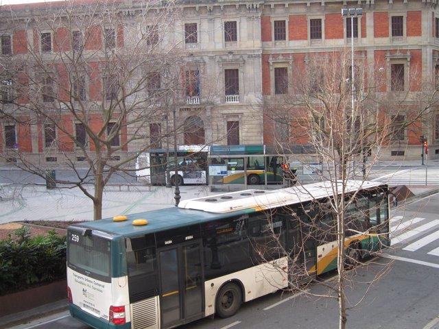 Una villavesa circulando por Pamplona