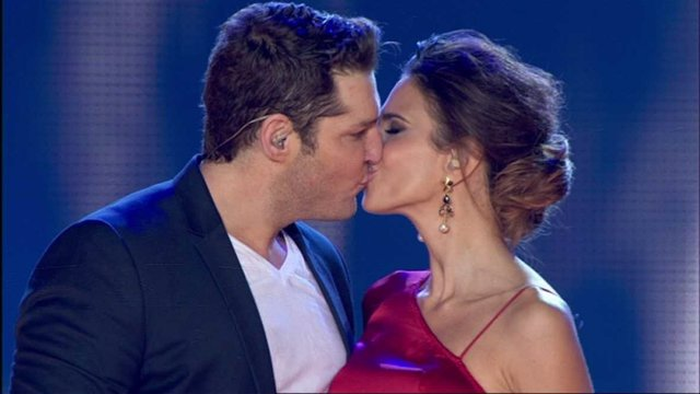 Manu Tenorio besa a Nuria Fergó
