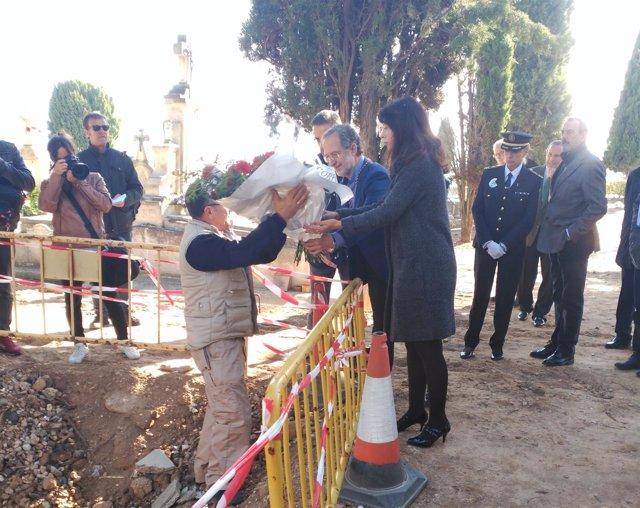Manuel Saravia y Ana Redondo depositan una corona de flores en una fosa común