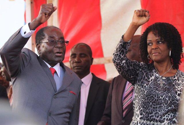 El presidente de Zimbabue, Robert Mugabe, y su esposa, Grace