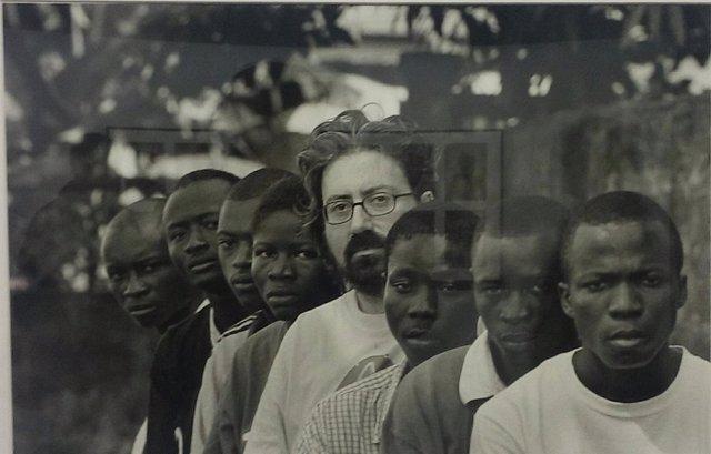 Fotografía del misionero Chema Caballero con varios ex niños soldado