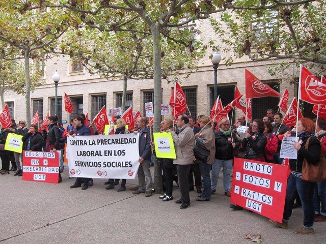 Protesta de UGT para reclamar más personal en las residencias y centros de día