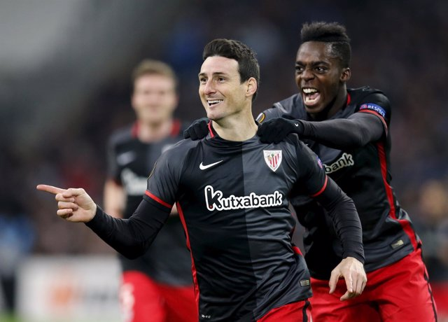 Aritz Aduriz celebra un gol con Iñaki Williams