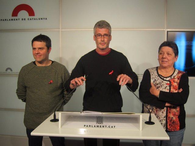 El diputado de la CUP Sergi Saladié (en el centro)en rueda de prensa