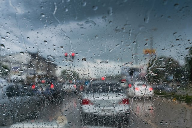 Conducción con lluvia, tráfico,