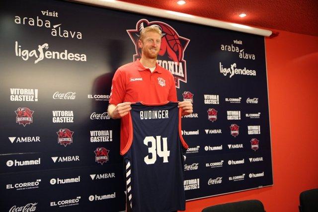 Chase Budinger posa con la camiseta del Baskonia en su presentación