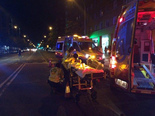 Imagen de los sanitarios del Samur trasladando a la herida