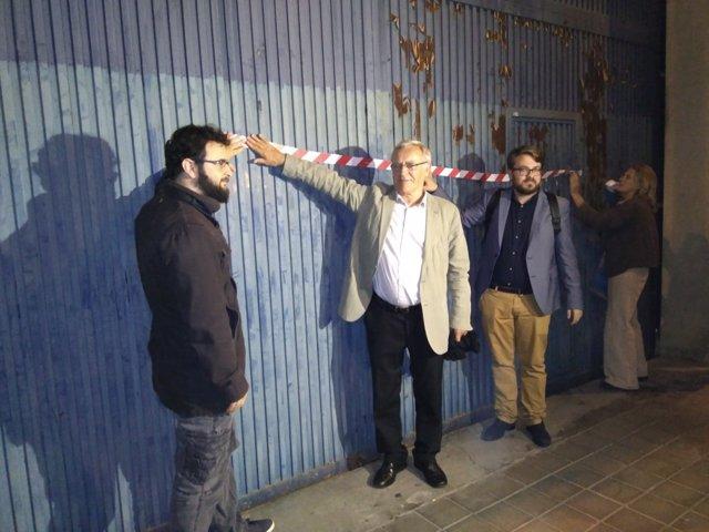 El alcalde ha apoyado la concentración colgando una banda en la puerta del CIE