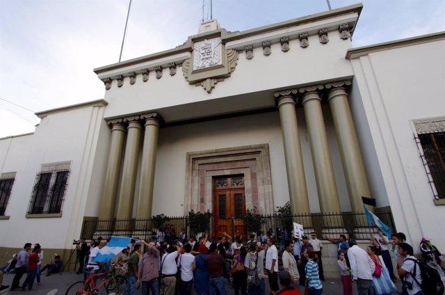 Manifestantes frente a la Casa Presidencial de Guatemala
