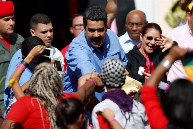 Nicolás Maduro saluda a manifestantes a las afueras del Palacio de Miraflores