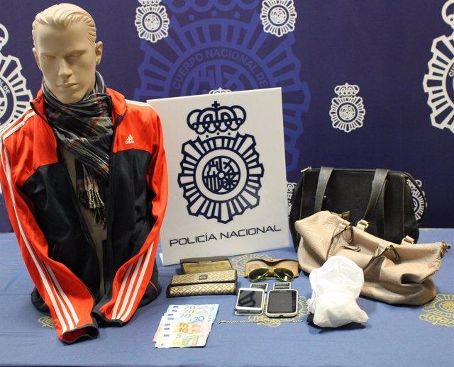 Imagen de los objetos sustraídos e indumentaria del atracador
