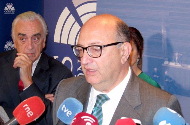El presidente del Tribunal de Cuentas con el presidente del CES al fondo