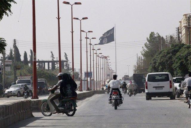 Bandera del Estado Islámico en Raqqa