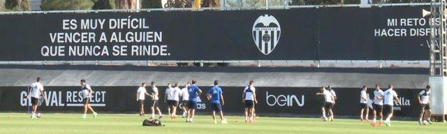 Imagen de archivo de un entrenamiento del Valencia en instalaciones de Paterna