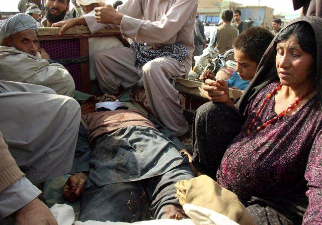 Familiares recogen el cuerpo de un civil muerto en los combates en Kunduz