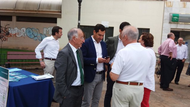 Juanma Moreno junto a Gabriel Amat en la presentación de la campaña en sanidad.
