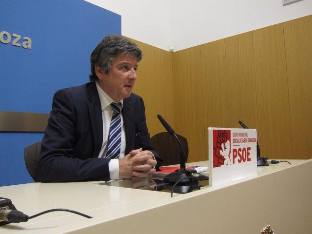 El concejal del PSOE, Javier Trívez, en rueda de prensa en el Ayuntamiento