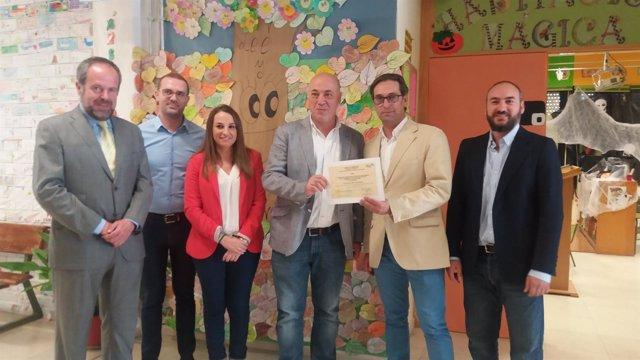 El alcalde muestra el premio, junto a Ruiz y Algar (izda.)