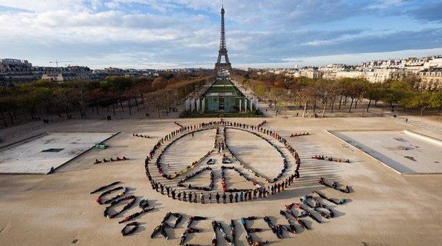 Acción Por El Clima De Greenpeace En París