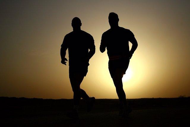 Dos hombres corriendo