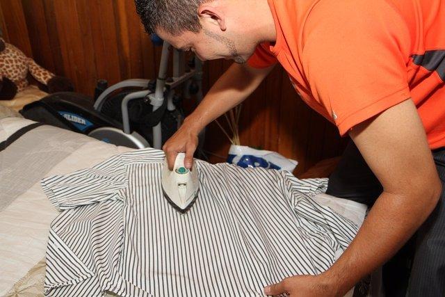 Planchar y limpiar los baños, las tareas domésticas que más odian los españoles