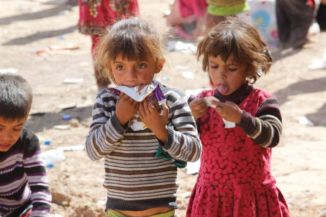 Niñios refugiados abandonan la localidad de Hawija, en Irak
