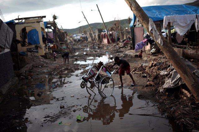 Dos niños en una zona afectada por el huracán en haití
