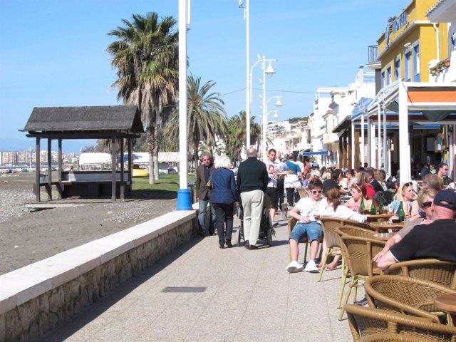 Personas Sentadas En Un Bar De Málaga